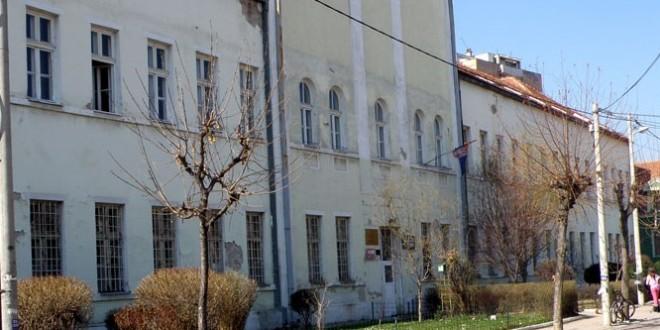 """Školi """"Jelena Majstorović"""" muzički stub na dar"""