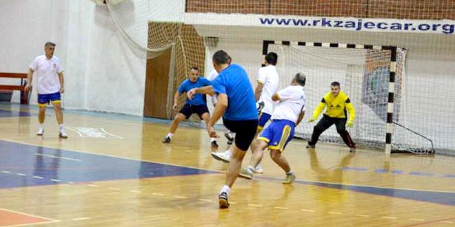Novogodišnji turnir u malom fudbalu: Večeras četvrtfinale seniora!