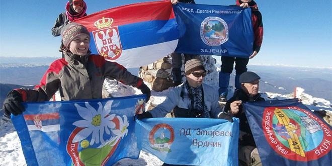 Zaviorila se zastava zaječarskih planinara na vrhu planine u Makedoniji