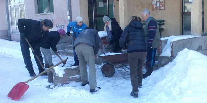 Aktivisti SNS čiste sneg i pomažu nemoćnim komšijama