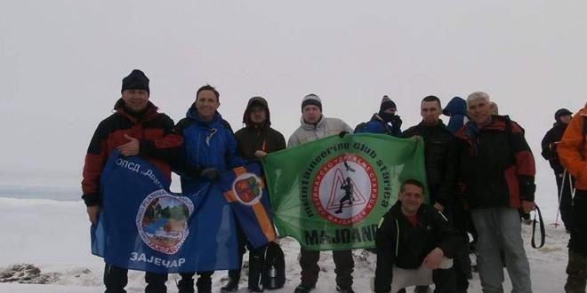 Pohod na Trem: Zastava zaječarskih planinara zavijorila se na vrhu!