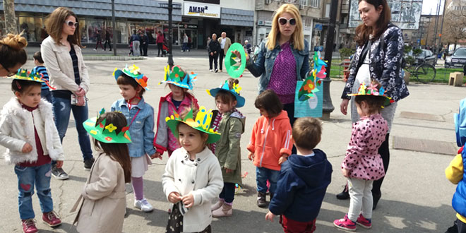 Vesnici proleća -Šareni prolećni šeširi u centru Zaječara