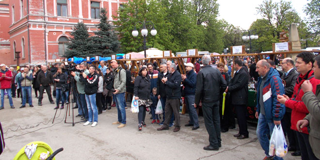 Photo of Otvoren Uskršnji bazar NA ZAJEČARSKOM TRGU ŠARENILO TEZGI, VELIKI BROJ IZLAGAČA…