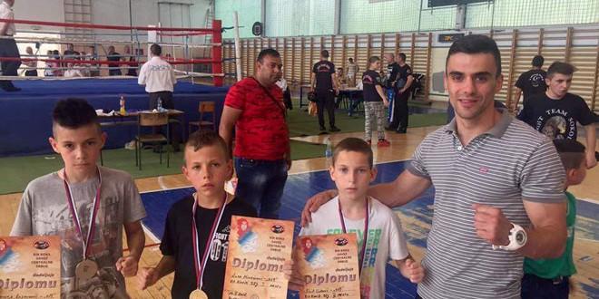 "Bravo! Najmlađi takmičari Kik boks kluba ""019 Fight Team"" okitili se medaljama na prvenstvu centralne Srbije!"