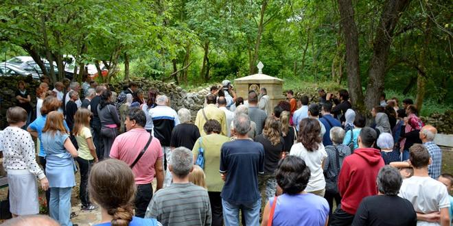 Episkop Ilarion u dvorištu manastira u Grlištu osveštao novosagrađenu česmu sa izvorskom vodom koja predstavlja simboličan početak velike obnove ove svetinje