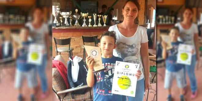 Veljko Đorđević, mladi teniser iz Zaječara DONEO PEHAR IZ NIŠA