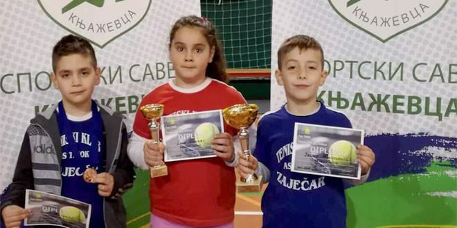 Vitrine pune pehara: Zaječarski teniseri izvanredni i na turniru u Knjaževcu