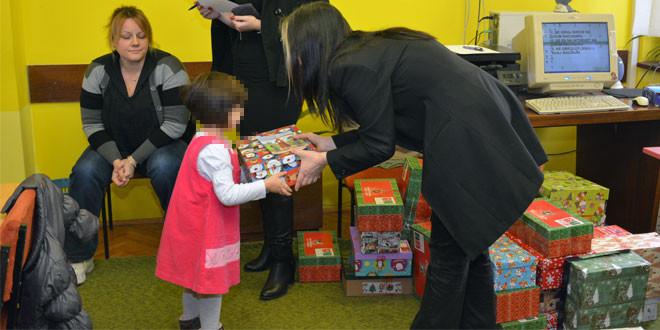 Za osmeh na licu i radost u srcu: Rotari klub poklonio božićne paketiće deci bez roditeljskog staranja