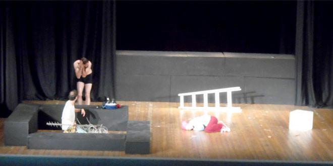 """Predstava """"Bizarno"""" zaječarskog pozorišta oduševila publiku u Negotinu"""