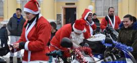 Moto Deda Mrazovi se i ove godine družili sa najmlađima i delili im slatkiše (FOTO)
