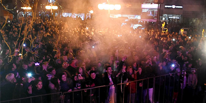NATAŠA BEKVALAC, TRUBAČI, VATROMET, ČESTITKE… Brojni Zaječarci i njihovi gosti dočekali Novu godinu na gradskom trgu