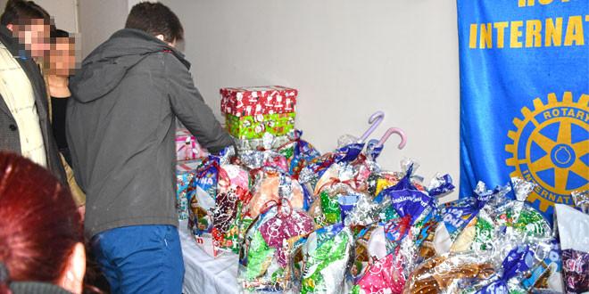 DEČIJI OSMEH NEMA CENU: Rotarijanci uručili božićne paketiće deci bez roditeljskog staranja