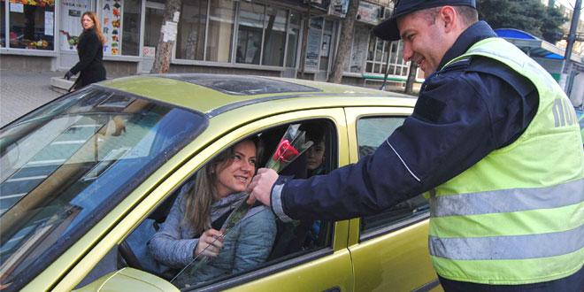 Zaječar: Saobraćajci poklanjali ruže damama za volanom