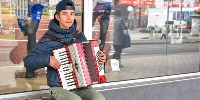 """""""SVIRAM ZATO ŠTO VOLIM"""" -Milanče muzikom ulepšava Zaječar, a razlog zbog čega je na ulici vredan je svakog divljenja"""