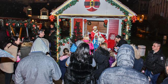 Novogodišnja čarolija: Gužva pred Deda Mrazovom kućom