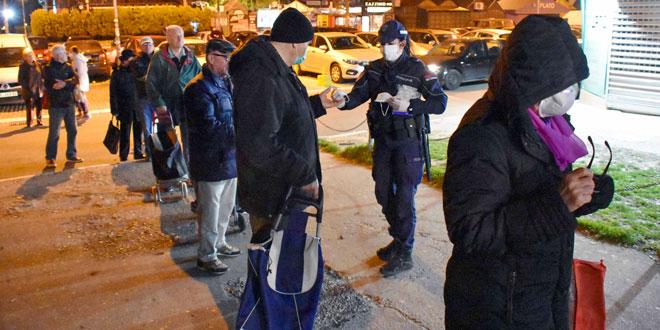 Uz zaštitne maske i policiju: Ovako su najstariji jutros kupovali – Stefanović obišao prodavnice
