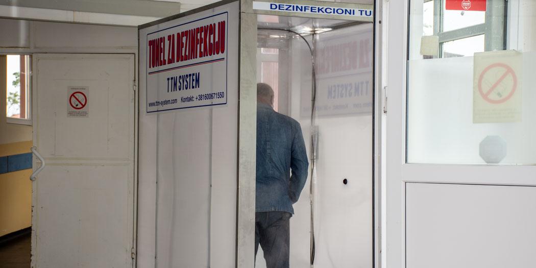 Photo of TUNELI ZA DEZINFEKCIJU na ulazu zgrade zaječarske bolnice i Doma zdravlja